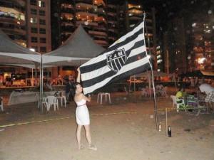 tem um despacho no mastro da bandeira 300x225 Cam1sa D3las   Marcela Diniz