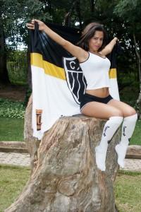tipo a cena do titanic mas com bandeira e num tronco 200x300 Cam1sa D3las   Lara Borges
