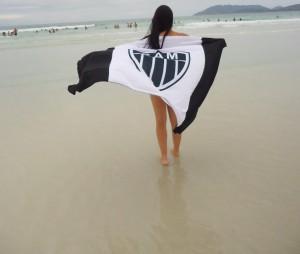 essa bandeira podia estar dois dedos pra cima 300x254 Cam1sa D3las   Laís Soares